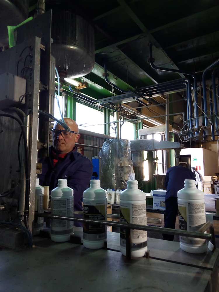 trabajadores en la fábrica de Quideva