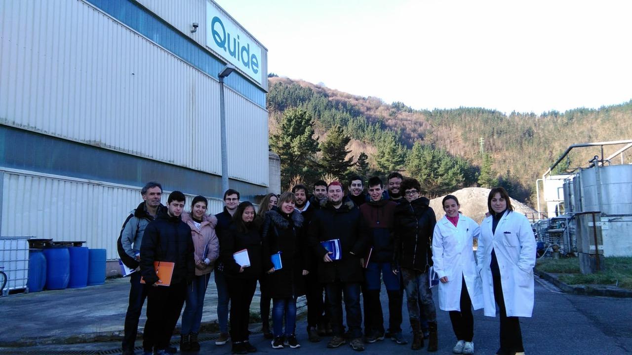 grupo de jóvenes en la visita a nuestra fábrica Quide