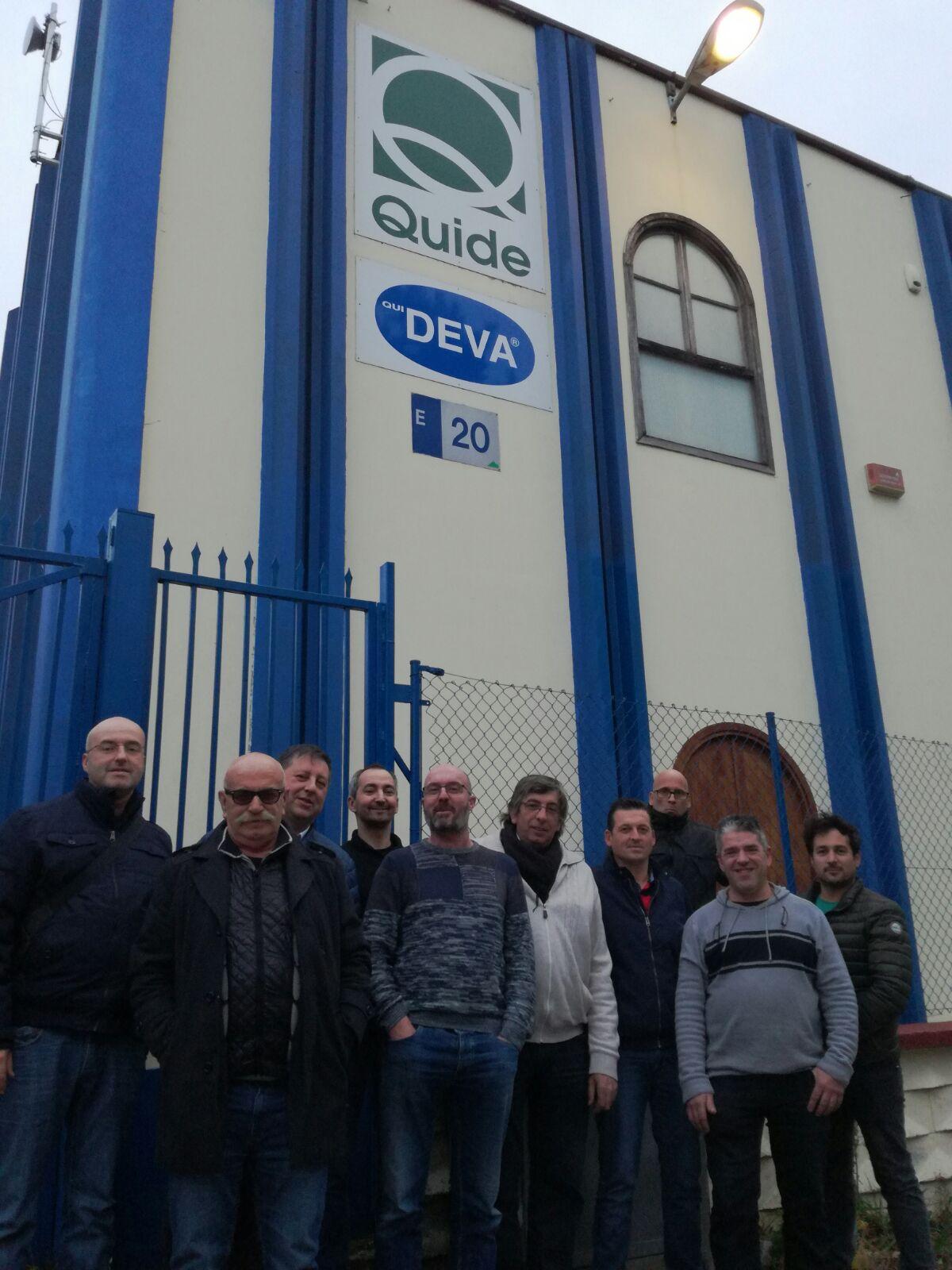 Grupo de hombres delante de las instalaciones de Quide